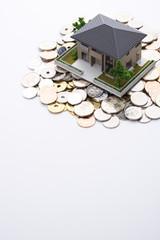 家の模型と日本の硬貨