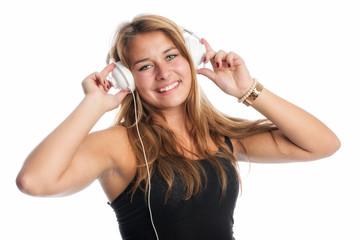 Junge Frau trägt Kopfhörer