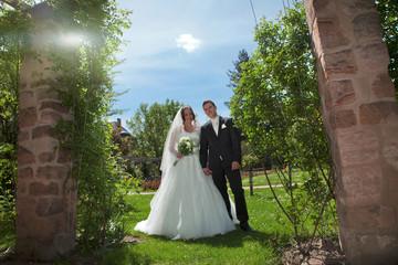 Frisch verheiratetes Brautpaar im Grünen