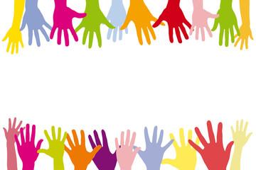 Kinder halten viele bunte Hände in einer Reihe