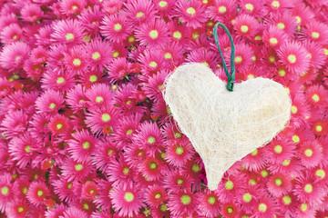 Un cuore sopra un tappeto di fiori