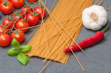 Espaguetis integrales, tomates y ajos