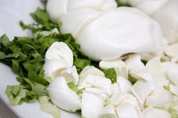 Treccia di mozzarella e insalata in primo piano