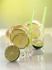 Wasser mit Limetten-, Zitronenscheiben und Eiswürfeln
