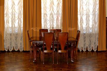Стулья и стол в гостинной комнате