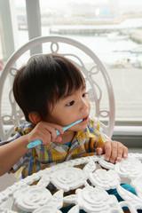 歯磨き中の男の子