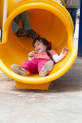 Весёлый ребёнок скатывается с горки