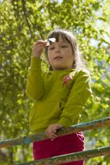 Девочка разглядывает пойманную бабочку