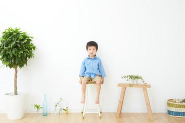 椅子に座る男の子