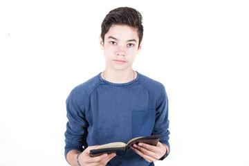 adolescente legge la bibbia