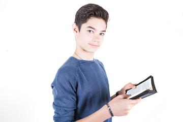 adolescente con la bibbia in mano