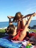 mamma e bambina che giocano al mare