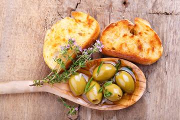 Antipasti - Leckere Oliven und geröstetes Brot