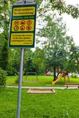 Verschiedene Schilder, Spielplatz Traun