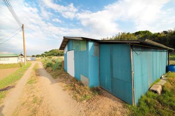 トタンで作った倉庫と青空