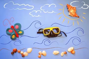 Spiaggia, mare, farfalla e occhiali