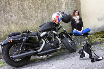 Donna in moto che sorride