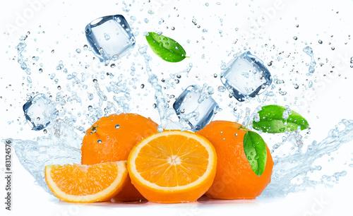 pomarancze-z-rozpryskami-wody