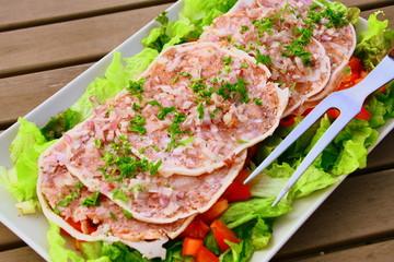 museau,fromage de tête de porc en salade de crudités