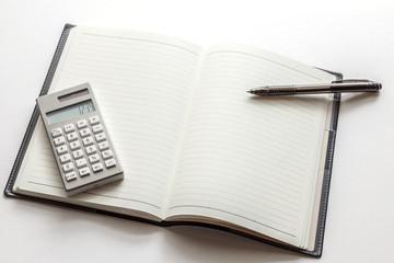 ノートと電卓とペン