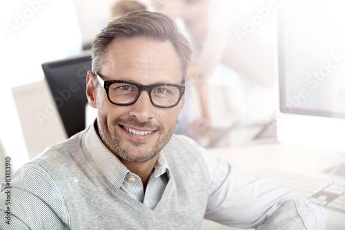 mata magnetyczna Portret uśmiechnięta biznesmen z okularów