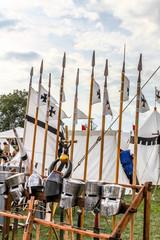 Fête médiévale tentes et armes