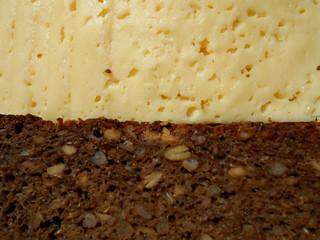 сыр и черный хлеб с семечкой