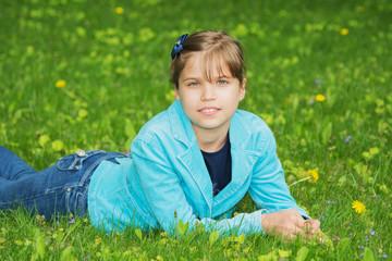 Девочка на газоне