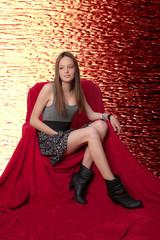 chica joven en sillón rojo.