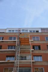 elevador de carga en la fachada de un edificio