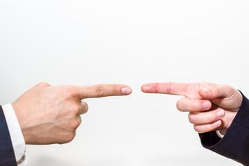 指を差し合うビジネスマンとビジネスウーマン