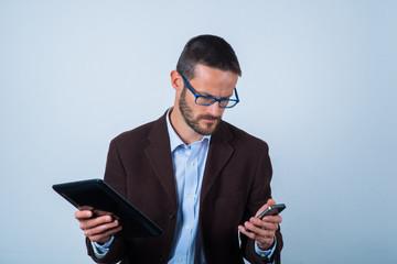 Uomo con tablet e smartphone