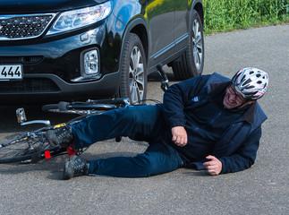 Mann stürzt mit Fahrrad