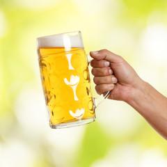 Mann hält Glas Bier