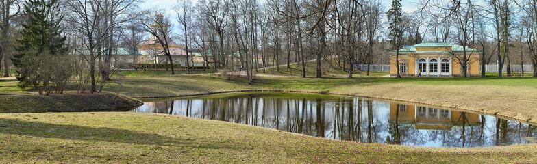 Весенний пейзаж с прудом и павильоном.