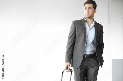 poster of Wyjazd służbowy. Przystojny mężczyzna w garniturze z walizką