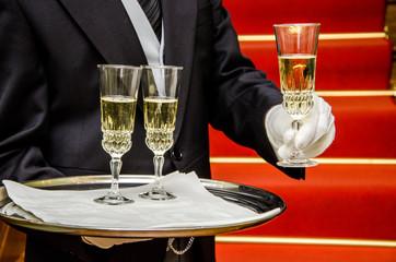 Butler serviert ein Sektglas