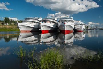 стоящие на реке корабли