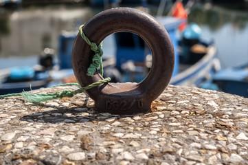 anello metallico su molo
