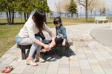 子供の足を拭く母親