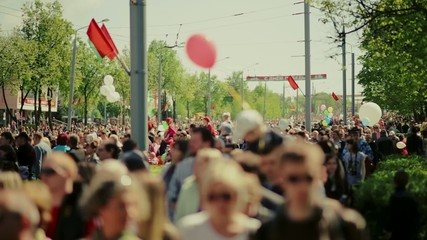 в городе толпа людей на улице в праздник