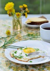 Завтрак с яйцом и чаем в саду