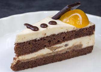 Пирожное бисквит с суфле и персиковым желе