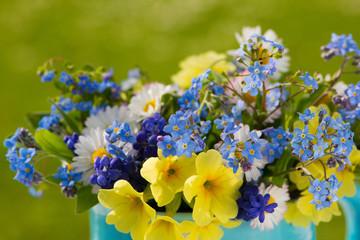 Giesskännchen mit Blumen