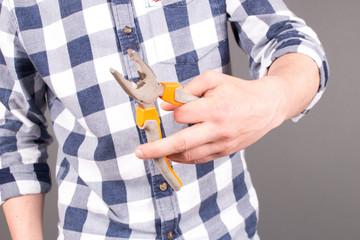 Handwerker mit Zange