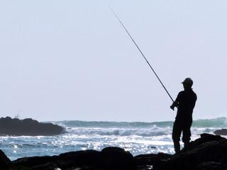 Pescador junto ao mar
