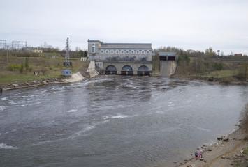 Нарвская ГЭС пасмурным весенним днем. Ивангород