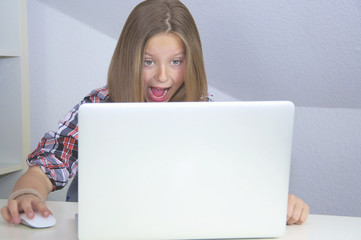 Mädchen erschrocken vorm Computer