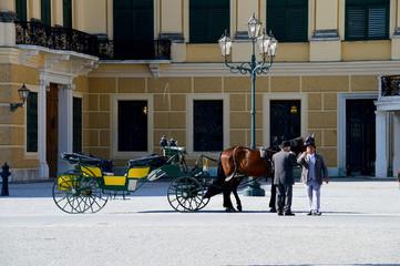 Wiener Fiaker vor dem Schloss Schönbrunn
