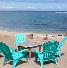 table et chaises sur plage de vacances